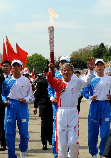 图文-北京奥运会火炬在平壤传递 足球名宿朴斗益