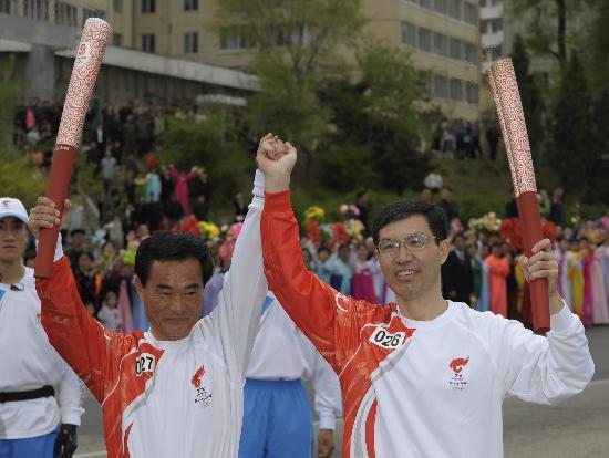 图文-北京奥运会火炬在平壤传递 中国火炬手交接