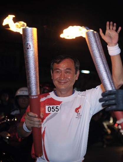 图文-奥运圣火传递在胡志明市举行夏青雄转交火炬
