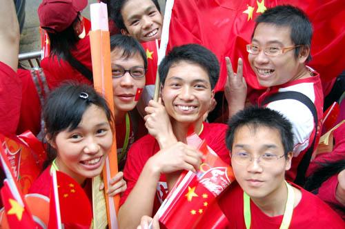 图文-北京奥运会圣火在香港传递 大家为圣火加油