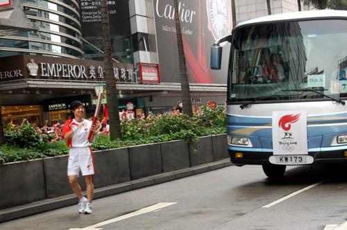 图文-北京奥运会圣火在香港传递 火炬手笑容满面