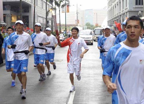图文-北京奥运圣火在香港传递 巨星华仔的风范