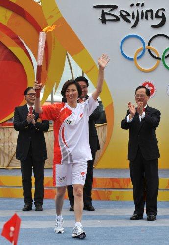 图文-北京奥运圣火在香港传递 李丽珊首棒传递