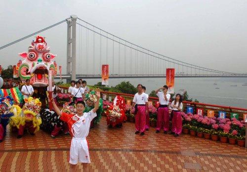 图文-北京奥运圣火在香港传递 香港最年轻火炬手