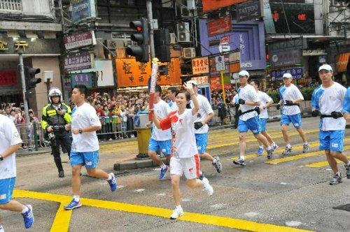 图文-北京奥运圣火在香港传递 赵�贤挥手致意