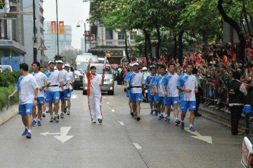 图文-北京奥运圣火在香港传递 余翠怡步伐矫健