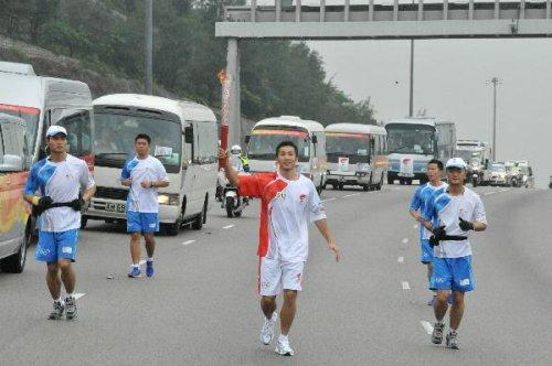 图文-北京奥运圣火在香港传递 蒋伟洪高举火炬