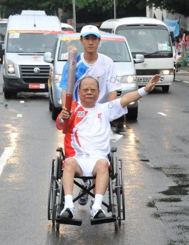 图文-北京奥运圣火在香港传递 曾宪梓轮椅上传递