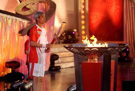 图文-奥运圣火在澳门传递 圣火盆点燃境外传递落幕