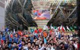 图文-奥运圣火在澳门传递 大屏幕播放圣火接力实况