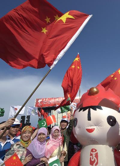 图文-圣火境外传递回顾之中国元素 伊斯兰堡的福娃