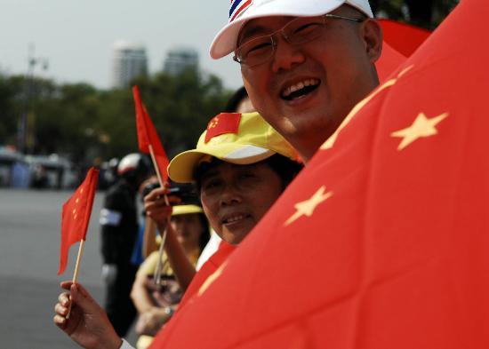 图文-圣火境外传递回顾之中国元素 曼谷的五星红旗