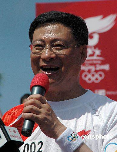 图文-北京奥运圣火在三亚传递 中国银行行长李礼辉