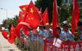 图文-北京奥运圣火在三亚传递 五星红旗随风飘扬