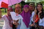 图文-2008年奥运会火炬在三亚传递 回族少女喜迎圣火