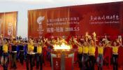 图文-奥运圣火结束海南次日传递 载歌载舞喜迎圣火