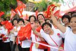 图文-北京奥运会火炬在海南琼海传递 比过节还高兴