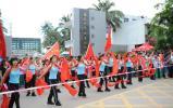 图文-北京奥运会火炬在海南琼海传递 群众强大助阵