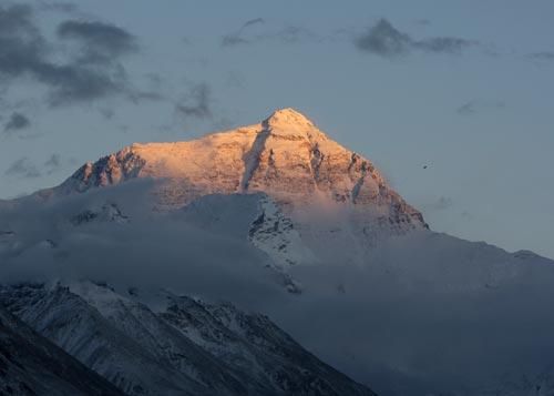 图文-珠穆朗玛峰的美丽景色 落日余晖照耀峰顶