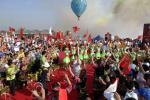 图文-北京奥运会圣火在海口传递 现场的歌舞表演
