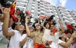 图文-2008年奥运会火炬在海口传递 观众为奥运呐喊