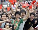 图文-北京奥运圣火在广州传递 群众的力量无穷大