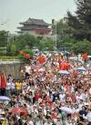 图文-北京奥运圣火在惠州传递 热情的惠州市民