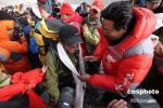 图文-珠峰传递登山队胜利凯旋 为队员披上哈达