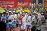 图文-北京奥运圣火在汕头传递 汕头传递雨中开始