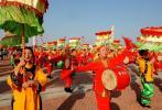 图文-北京奥运圣火在泉州传递 群众载歌载舞迎奥运