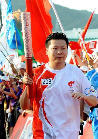图文-北京奥运圣火在厦门传递 最后一棒吉新鹏前进
