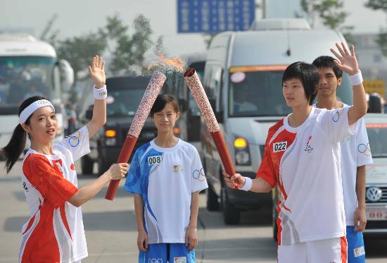 图文-2008年奥运会火炬在龙岩传递 黄燕军交接火炬