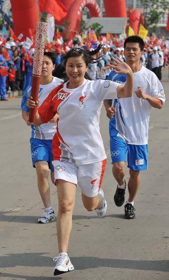 图文-2008年奥运会火炬在龙岩传递 吴张宜挥手致意