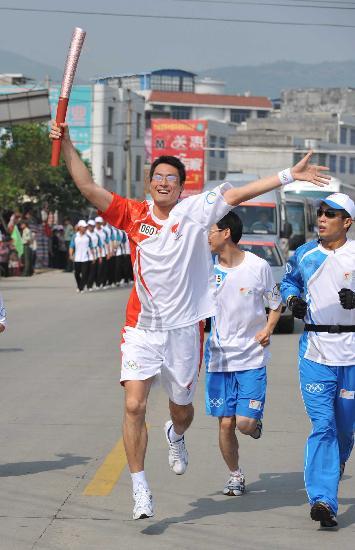 图文-北京奥运圣火在龙岩传递 火炬手林华进行传递