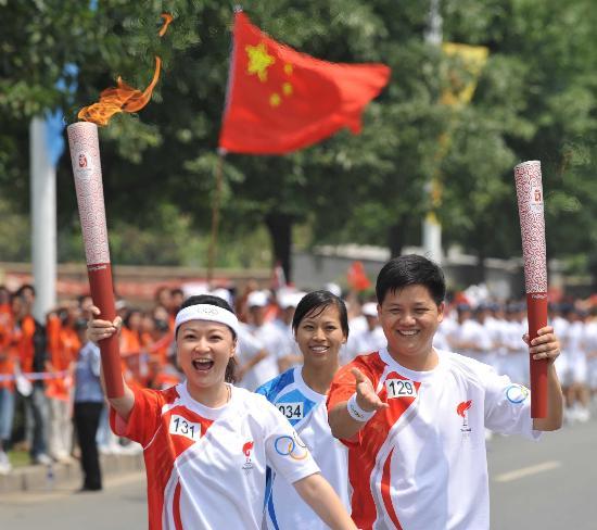 图文-北京奥运圣火在龙岩传递 袁鸣和谢海波交接