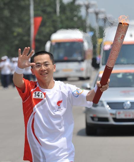 图文-北京奥运圣火在龙岩传递 张文永和群众挥手