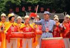 图文-北京奥运圣火在龙岩传递 老八路军敲鼓庆贺
