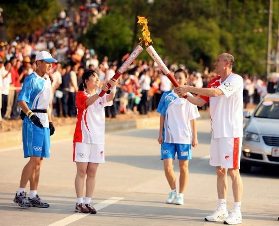 图文-北京奥运圣火在龙岩传递 张建新与郑漪交接
