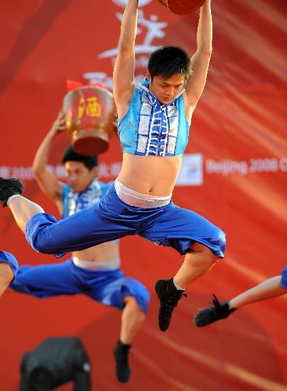 图文-北京奥运圣火在龙岩传递 精彩的歌舞表演