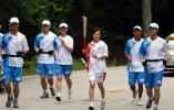 图文-北京奥运圣火在井冈山传递 林婵手持火炬传递