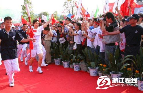 图文-北京奥运圣火在绍兴传递 张顺芳喜上眉梢