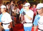 图文-北京奥运圣火在杭州传递 将圣火引至火种灯