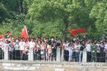 图文-北京奥运圣火在嘉兴传递 市民热情迎圣火