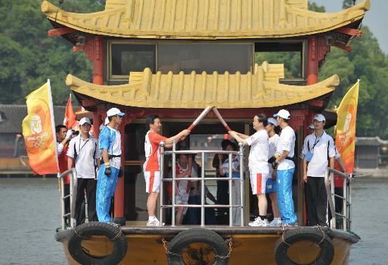 图文-北京奥运圣火在嘉兴传递 圣火辉映南湖水面
