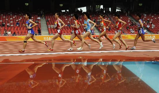 图文-中国田径公开赛23日战况 比赛中你追我赶