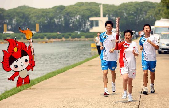 图文-奥运圣火上海次日传递 金艳手持火炬传递