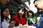 图文-湖北省火炬手写真集 乔红在为球迷签名