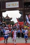 图文-奥运圣火在武汉传递 杨威做出胜利手势