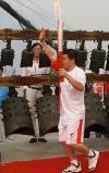 图文-奥运圣火在湖北荆州传递 郑李辉跑过编钟
