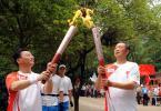 图文-奥运圣火在湖南韶山传递 认真关注火炬交接